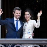 Kronprins Frederik og kronprinsesse Mary på balkonen på Frederik VIIIs palæ. Blandt de fremmødte var både danskere, grønlændere og kinesere. Her fortæller nogle af dem om deres tanker om Kronprinsen. (Foto: Liselotte Sabroe/Scanpix 2018)