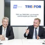 TDC-topchef Carsten Dillings (til højre) nylige aftale med elselskabet Trefors administrerende direktør Knud Steen Larsen og TDCs opkøb i Norge skal ruste TDC til fremtiden, siger Carsten Dilling, der ser gode tegn på, at det igen kan gå fremad. Arkivfoto: Nikolai Linares, Scanpix