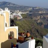 Siden 2009 er Grækenlands boligpriser halveret, og udenlandske købere står klar til at investere i villaer med havudsigt.
