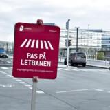 Indvielsen af Letbanen i Aarhus er blevet aflyst af Trafikstyrelsen der ikke kan godkende Letbanen. Alt var ellers klart til en storslået indvielse ved Dokk1 på havnen i Aarhus midtby. Her ses advarselsskilte om letbanen til fodgængere på havnen. (foto: Henning Bagger / Scanpix 2017)
