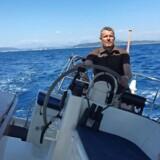 Dagrofas topchef, Per Thau, ynder at sidde ved roret i både detailkoncernen og båden. Privatfoto