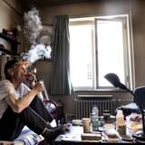 54-årige Torben hygger sig med TV og en joint på sit lille værelse på Mændenes Hjem, hvor han har boet de seneste fem år.