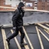 Rashid Rshou – syrisk flygtning – har fået fast arbejde som tømrer i firmaet Logik & Co. Her lægger han med sine kollegaer ny terrasse på Rådmandsgades Skole på Nørrebro. Nu drøfter politikerne et forslag om statsstøttet elevløn, så flere flygtninge kan komme i job. Foto: Søren Bidstrup