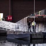 Betjente arbejder ved Langebro i København, lørdag den 6. maj 2017. En større ulykke har fundet sted lørdag aften i Københavns Havn. En kvinde meldes omkommet, mens mindst seks personer er kommet til skade ved ulykken, oplyser Københavns Politi i en pressemeddelelse. Ulykken skete kort før klokken 19.43 ved Langebro i København, hvor en eller flere jetski påsejlede en båd. Kort inden ulykken havde flere vidner alarmeret politiet om, at der sejlede jetski rundt i havnen. Politiet var derfor sejlet ud til området og så, at en båd blev påsejlet.. (Foto: Uffe Weng/Scanpix 2017)