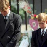 Her ses prins William og prins Harry til deres mor prinsesse Dianas begravelse 6. september 1997. Scanpix/Adam Butler/arkiv