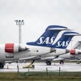 NKT får en hård medfart tirsdag i kølvandet af selskabets regnskab for fjerde kvartal, der indeholdt afdæmpede forventninger til indeværende regnskabsår. Modsat er SAS flyvende efter et regnskab, der viser, at lønsomheden i flyselskabet er på vej op.