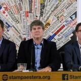 Juan Carlos Cruz, James Hamilton og Jose Andres Murillo, tre tidligere ofre for en indflydelsesrig pædofil præst i Chiles katolske kirke, på et pressemøde i Rom 2. maj. De havde ved den lejlighed et møde med pave Frans. Scanpix/Tiziana Fabi