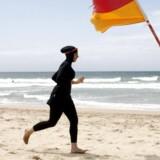 Burkinien er en heldragt, som typisk muslimske kvinder iklæder sig på stranden for ikke at vise for meget hud. Arkiv. Reuters/Tim Wimborne