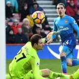 Héctor Bellerín bringer Arsenal på 1-0, selv om Asmir Begovic får armen på afslutningen. Scoringen var dog ikke nok til point for London-klubben. Reuters/Dylan Martinez