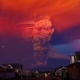 Vulkanen Calbuco i det sydlige Chile gik onsdag i et voldsomt udbrud og spyede en kæmpe askesøjle flere kilometer op i luften. Beboerne i en omkreds af 10 kilometer indenfor vulkanen er blevet evakueret af myndighederne. Det er det andet vulkanudbrud i det sydlige Chile i år, efter Villarrica vulkanen var i udbrud i marts. Klik dig videre og se flere billeder af det voldsomme udbrud.