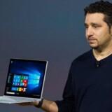 Sådan ser Microsoft første egenproducerede bærbare PC, Surface Book, ud. Panos Panay, divisionschef for Surface-produkterne, fremviste den tirsdag aften i New York. Foto: Andrew Burton, Getty Images/AFP/Scanpix