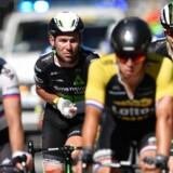 »Mark Cavendish slog sin skulder og hånd. På vej til hospitalet til yderligere undersøgelser. Flere informationer, når det er muligt,« meddeler Dimension Data på holdets Twitter-profil.