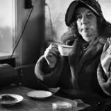 En enlig dame nyder en cigaret og en kop kaffe på »Kvindehjemmet«, der lå på Jagtvejen i København. Billedet er taget af Berlingskes pressefotograf Birthe Melchiors den 10. april 1952.Det er en del af husets historiske samling af pressefotografier: http://billeder.dk/shop/kaffepause-med-stil/
