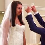 Få øjeblikke før, bruden spørges om hun vil sige »Yes to the Dress« i tv-serien af samme navn. Det er den eksalterede førstemand Randy, der pynter bruden. Og bidrager til underholdningen.