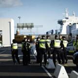 Svensk politi venter på flygtninge ved Trelleborg Færgeleje torsdag den 12. november 2015.