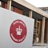 Tre piger kræver erstatning af Esbjerg Kommune, der anklages for at ignorere underretninger om krænkelser.