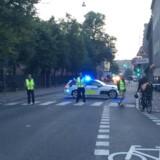 Tidligt torsdag morgen var et stort område på Christianshavn omkring Christiania fortsat afspærret af polititape, bevæbnede betjente og blå blink.