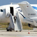 En mand, der angiveligt er flykapreren, forlader her EgyptAir Airbus A-320 i Cyperns Lanarca-lufthavn.