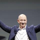 """Amazons topchef, Jeff Bezos, præsenterede i september 2012 Kindle Fire HD 7"""" og Kindle Fire HD 8.9"""" (til venstre), som fra 13. juni kan købes fra Danmark. Arkivfoto: Gus Ruelas, Reuters/Scanpix"""