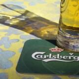 Arkivfoto: Carlsberg øl og coaster. REUTERS/Ints Kalnins/Files