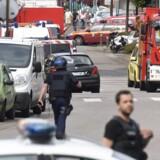Franske sikkerhedsstyrker og redningsmandskab i Rouvray, hvor angrebet fandt sted. Reuters/Steve Bonet