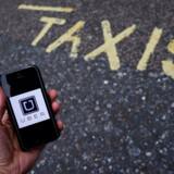 PLUS-historie. ARKIVFOTO 2016 Uber app- - Se RB 18/11 2016 11.05. Landsret: Uber er ulovlig taxikørsel. Uber-chauffør skal betale 6000 kroner i bøde for ulovlig taxikørsel, fastslår Østre Landsret. (Foto: TOBY MELVILLE/Scanpix 2016)