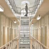 Tre fængselsbetjente ansat i Vestre Fængsel på Vesterbro besøgte således Justistminister Søren Pape Poulsens (K) ministerium fredag formiddag, hvor de afleverede en stor bårebuket som symbol på, hvor dårlige arbejdsvilkår, betjentene har.
