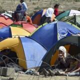 Migranter har slået lejr på grænsen mellem Makedonien og Grækenland.