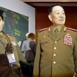 Den angiveligt henrettede forsvarschef, Hyon Yong Chol (th), ses her ved en interntational sikkerhedskonference i Moskva i sidste måned.