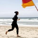 Den muslimske badedragt burkini skaber strid i Frankrig, hvor flere byer har forbudt badegæster at have dragten på ved strandene. Den bryder med Frankrigs love om at være et sekulært land, siger de lokale borgmestre. Reuters/Tim Wimborne
