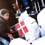 Arkivfoto: Asylansøgere ankom onsdag den 9. december i år til Strandvænget i Nyborg. Her ses 6-årige Hassan udstyret med dansk flag.