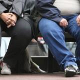 Et par venter ved et stoppested i Manchester. Chefen for det britiske offentlige sundhedssystem vil skride ind imod de britiske børns tiltagende forbrug af sukkerholdige drikke og mad.