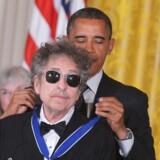 Præsident Barack Obama overrækker Bob Dylan æresprisen Medal of Freedom under en ceremoni i Det Hvide Hus (arkivfoto). Scanpix/Mandel Ngan