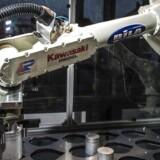 Teknologisk Institut har i sommeren 2015 interviewet omkring 800 direktører for små og mellemstore danske fremstillingsvirksomheder med mellem fem og 250 ansatte om deres brug af industrirobotter. Interviewene viser, at mange af de danske virksomhedsledere holder igen med at indføre robotterne.