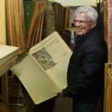 Berlingskes arkivmester, Jan Jæger, fejrer gensynet med en af de mange krigsaviser, der har været væk i årevis. Foto: Niels Ahlmann Oleen