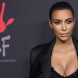 Realitystjernen Kim Kardashian er blevet tvunget på tilbagetog i sagen om et opslag på Instagram, der hyldede et medicinalpræparat mod morgenkvalme.
