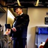 Togrevisor Kim Drejer kontrollerer billetter. Arkivfoto.