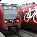 I sidste uge lancerede DSB et samarbejde med Danske Bank, som tillader passagerer at benytte MobilePay, når der skal købes billetter. Og på landets togperroner og stationer har passagerer taget betalingsformen til sig.