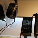 Den er ikke nogen let sag, Sonys absolut dyreste walkman - og absolut ikke, hvis man tager hovedtelefonforstærkeren (den sorte kasse til højre) med i købet. Til gengæld skulle lyden så være i absolut topklasse, hvis man også har de rigtige hovedtelefoner. Foto: Thomas Breinstrup