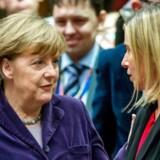 Den tyske kansler Angela merkel, her med EUs udenrigspolitiske koordinator, Federica Mogherin, fortsætter med at sætte skud i de læsninger, hun merer er de rigtige på den europæiske flygtningekrise.