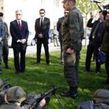 Østrigs kansler, Werner Faymann (med rødt slips) og forsvarsminister Hans Peter Doskozil (længst til venstre) inspicerede tidligere på ugen nogle af landets soldater på en kaserne i Wien – efter at have bebudet øgede udgifter til de væbnede styrkers grænsekontrol og terror-bekæmpelse. Foto: Leonhard Föger/Reuters