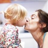 Det kan være forvirrende for dit barn, hvis du kysser det på munden, mener den amerikanske børnepsykolog Charlotte Reznick. For er det så også noget seksuelt, ligesom når du kysser din kæreste?