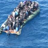 »De aktuelle migrationsfremmende faktorer er den stærke udvikling i kommunikations- og transportmulighederne. Gennem TV og radio vil indbyggerne i selv fattige lande i stigende grad kende den store forskel på levestandarden i f.eks. Europa og deres eget land,« skriver kronikørerne. Billedet ovenfor af afrikanske bådflygtninge er taget ud for den italienske ø, Lampedusa. Foto: Scanpix