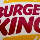 Efter flere års menuændringer vil fastfoodkæden Burger King nu fokusere på billige burgere, pommes frites og nu også hotdogs. Beslutningen kommer efter mislykkede forsøg på at appellere til et bredere, mere sundhedsbevidst publikum ved at servere salater, snack wraps, smoothies og pommes frites med et lavt kalorieindhold. Desuden ser kæden potentiale for at åbne flere spisesteder i USA, hvor kæden i forvejen har cirka 7100 spisesteder. AFP PHOTO /PAUL J. RICHARDS / FILES