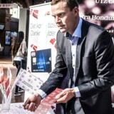 Jeppe Juul-Andersen, direktør hos Nets med ansvar for Dankortet, deler croissants ud på Hovedbanegården, fordi det kontaktløse Dankort fylder et år.