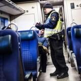 Det svenske politi tjekker alle togpassagernes ID på Hyllie station i Sverige.