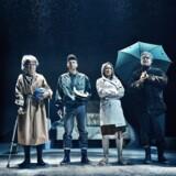 """Vandgang i betonblokken: Ditte Gråbøl, Kristian Ibler, Biljana Stojkoska og Jesper Hyldegaard i """"Vi har da gjort hvad vi kunne"""" på Teater Grob. Foto: Emilie Therese."""