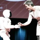 Verdens mest avancerede robot Asimo blev præsenteret i Danmark for første gang torsdag 9. april 2015. Margethe Vesteager modtog et glas vand af robotten