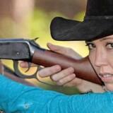 Den amerikanske våbenfortaler Jamie Gilt blev skudt i ryggen af sin fireårige søn, som fik fingre i en af hendes pistoler - og risikerer en bøde for sløset opbevaring af skydevåben. Privatfoto