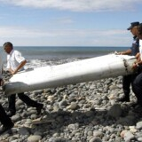 Vingen, som er blevet fundet i Saint-Andre på øen La Reunion, og som muligvis stammer fra det Malaysia Airlines-fly, der forsvandt for over et år siden, bæres væk fra stranden.